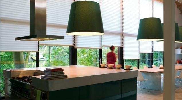 Żaluzje plisowane i ich wpływ na światło w aranżacjach kuchni