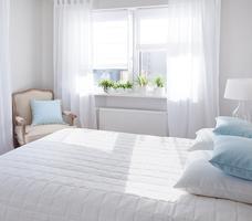 Jasne aranżacje sypialni. Biała sypialnia – wypoczynek i harmonia zmysłów