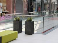 Dekoracyjne donice stalowe do aranżacji galerii handlowych