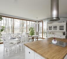 Biała kuchnia w stylu rustykalnym