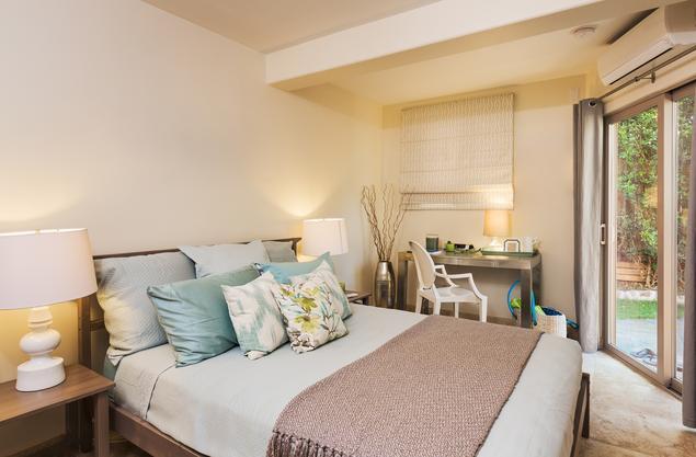 Kremowa sypialnia z miętowym wykończeniem – pomysł na jasną sypialnię