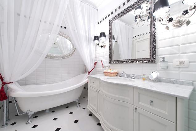 Biało-czarna łazienka w stylu glamour