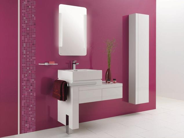 Aranżacja łazienki pełna pasji. Białe meble łazienkowe